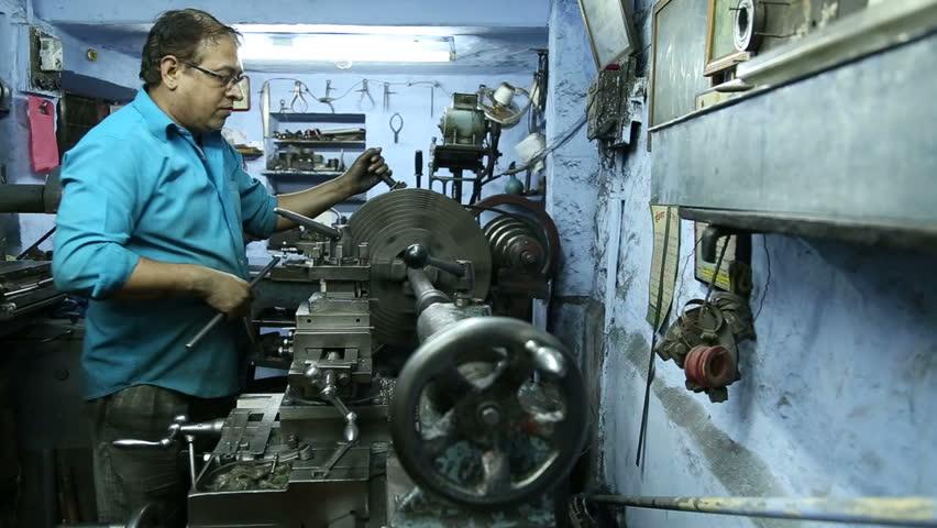 JODHPUR INDIA 17 FEBRUARY 2015 Indian Man Slowering Machine – Machine Mechanic