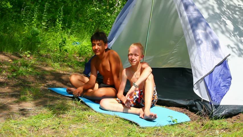 Групповой секс с женой в палатке