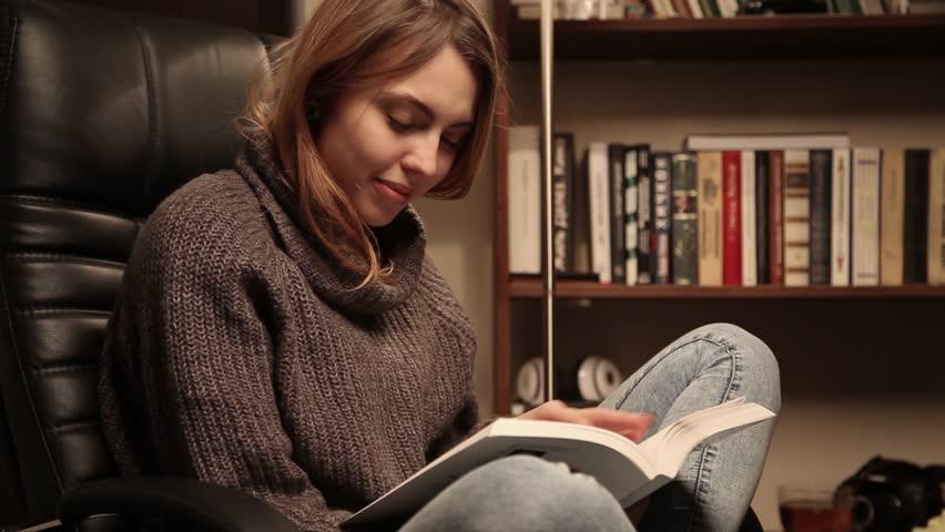 Αποτέλεσμα εικόνας για young pretty woman reading books