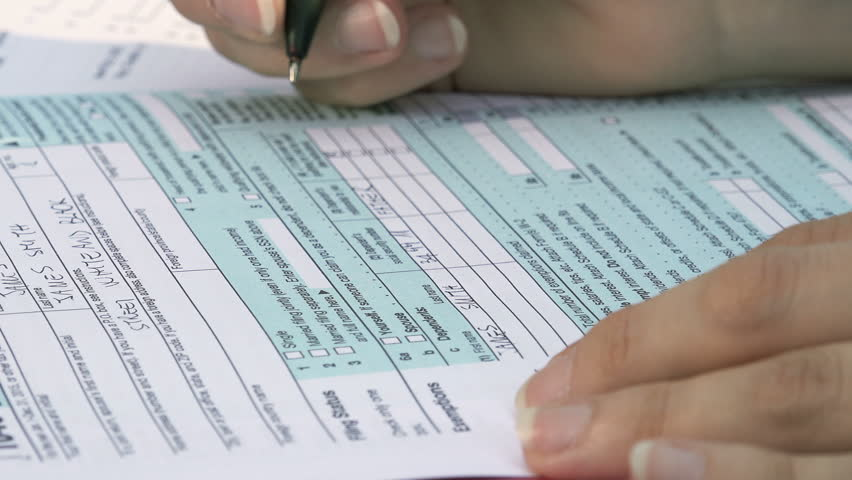 fill in the form for taxes: US taxes, tax return, young woman