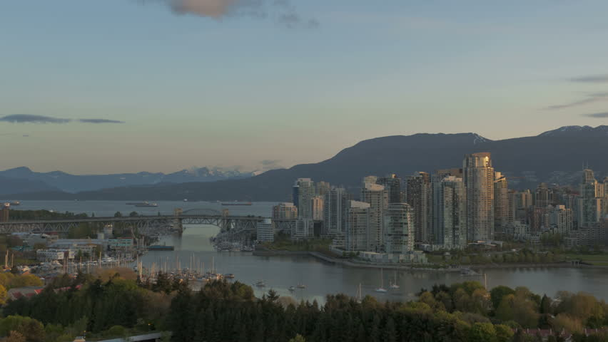 Time lapse sunrise at Vancouver Skyline with boats on the river