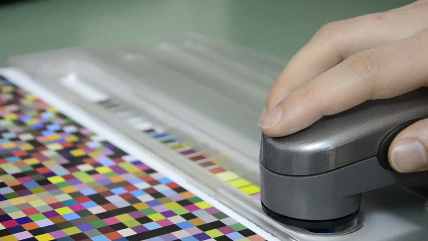 Press shop, spectrophotometer measurement of color patches in prepress on Test