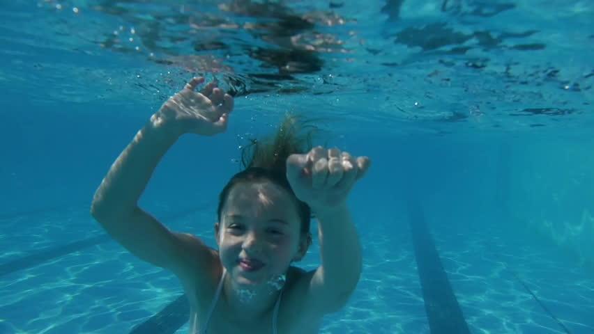 Belleza chica natación desnuda